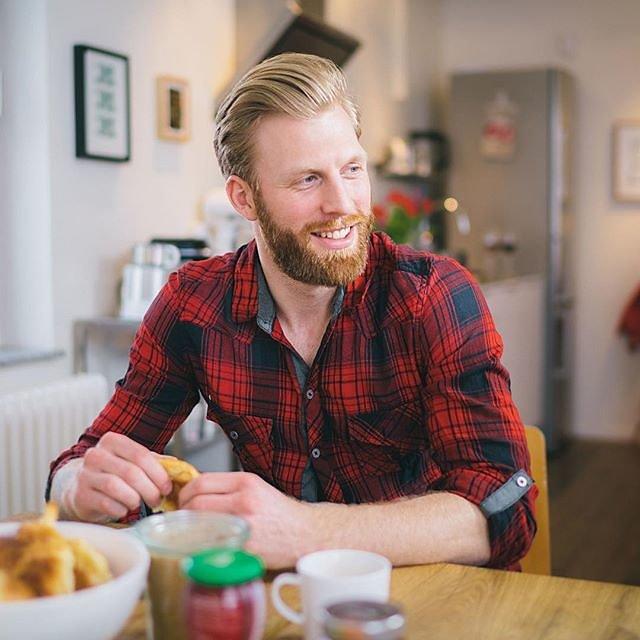 Breakfast with @henrik_wessel and @chanicemakeupart #menschfotograf #professionalphotographer #sedcardshooting #compcard #morningtea #croissants #breakfastlover #lumberjack #checkered #blondeboy #marmelade #smilingface #blueeyed #beardmodel #tattooedmen #