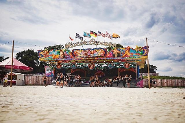Parookaville Festival 2017. Desert carousel. Shot the brand new Sony A9 and not yet released Sony SEL1635GM #menschfotograf #michaelimhof #parookaville #pv17 #A9 #alphaddicted #sonysel1635gm #professionalphotographer #festivalphotographer #festivallove #e